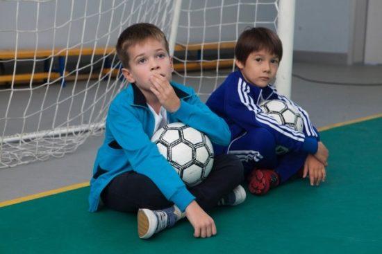 小学生がサッカーしているところ